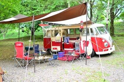 キャンプ料理を楽しむ食卓の風景
