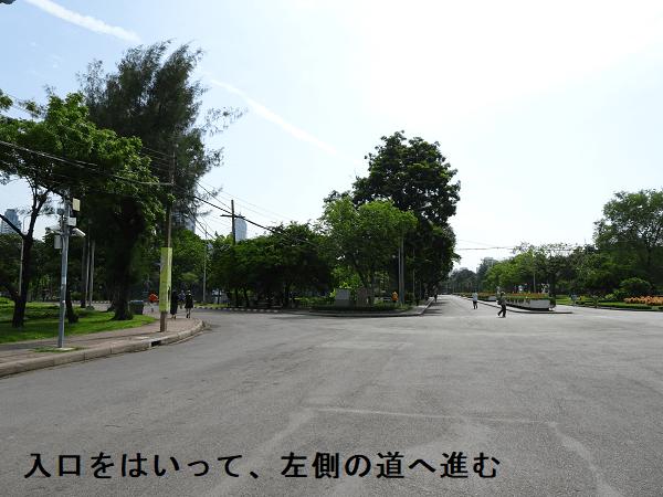 入口をはいって、左側の道へ進む