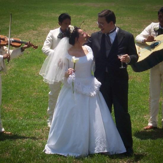 Marichis homenajando a los novios en la Hacienda Villejé