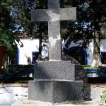 Cruz de piedra volcánica erigida por los frailes benedictinos en la Hacienda Villejé.