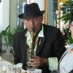 """Juan Carlos Cid intepretando """"The Pink Panther"""" al saxo en la Hacienda Villejé."""