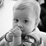 子供が指しゃぶりをする理由。それでもあなたは止めさせますか?