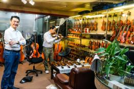 One of the violin shopkeepers asking me if I want to test out a violin