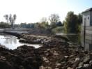 Umgehungsgerinne (li.) und Flusslauf (re.) im Oktober 2012
