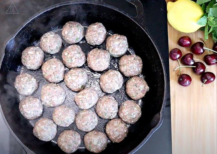 Vişneli Köfte Tarifi - Döküm tencerede köfteleri pişirmeye başlayın