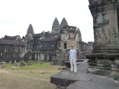 Allein in der Bibliothek, im Hintergrund der Tempel