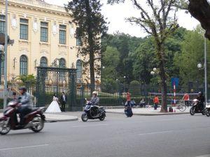 Französische Prachtarchitektur als Kulisse für Hochzeitsfotos und Badminton-Court auf der Straße