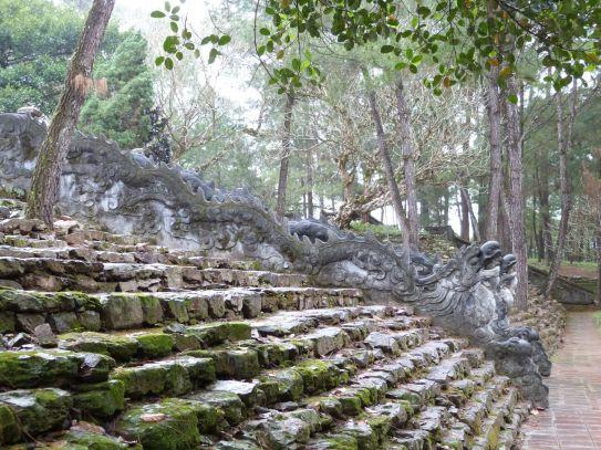 Grab von Tu Duc - in Vietnam säumen statt der kambodschanischen Nagas Drachen die Treppen