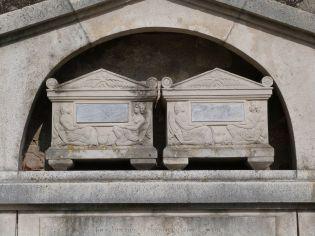 Urnen des Johann Friedrich Freiherrn von Löhr und seiner Frau an der Othmarkirche