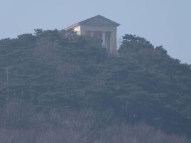 Der Husarentempel von der Ruine Mödling aus gesehen