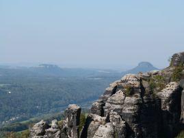 Blick auf die Festung Königstein (links) und den Lilienstein (rechts)