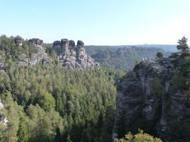 Felsen gegenüber der Basteibrücke - rechts die Felsenburg Neurathen