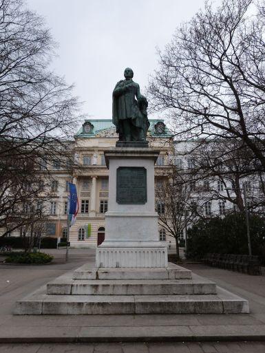 Denkmal für Josef Ressel vor dem Hauptgebäude der TU, errichtet 1862