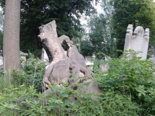 Das hier ist nicht etwa ein abgebrochener Baumstamm, sondern ein Grabstein!