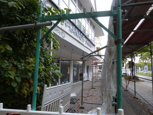 Blick hinter den Bauzaun auf die zwischenzeitlich geschlossenen Kolonnaden mit Nachtcafé