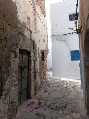 Schöne alte Tür in einer Straße der Medina