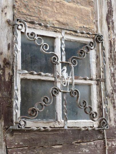 ...mit DDR-Fensterkunst.
