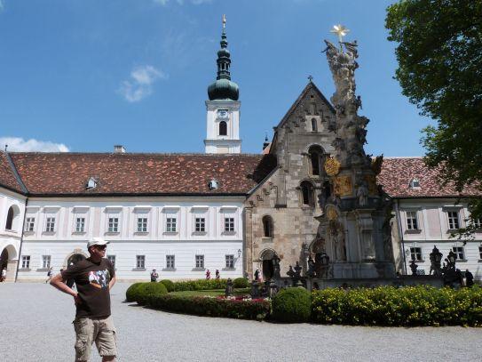 Stift Heiligenkreuz mit romanischer Stiftskirche und barocker Dreifaltigkeitssäule