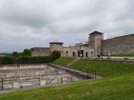 Vor dem Lagertor - der Reichsadler über dem Tor wurde gleich nach der Befreiung des Lagers heruntergerissen