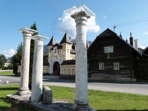 3 Säulen des römischen Iuenna/Globasnitz vor ganz neu gebautem Märchenschloß