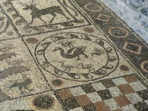 Goldige Entenfamilie im Mosaik des Ursus