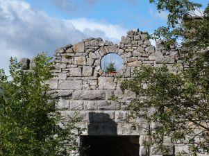 Einige Häuser zerfallen zu malerischen Ruinen