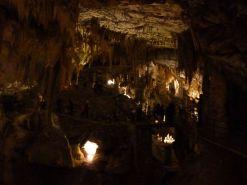 Man kann im Schatten nur erahnen, was sich gerade für Menschenmassen durch die Höhle schieben