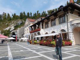 Historisches Gebäude am Höhleneingang (links im Bild)