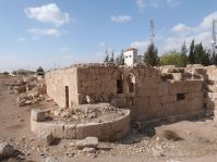 Qastal - Blick auf einen der Ecktürme, im Hintergrund das Haus des Scheihs