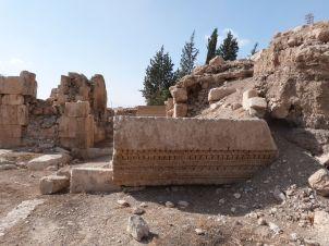 Monumentaler Ornamentblock am Eingang in das 'Wüstenschloß' Qastal
