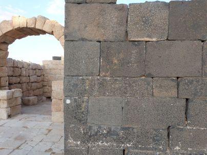 Sekundär verbaute Inschriftenblöcke in Hallabat