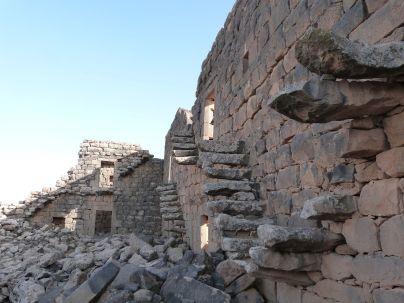 Die Treppenhäuser in die Obergeschosse sind noch erhalten