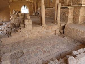 """Unten Mythos im """"Hippolytos Hall"""", oben Marienkirche mit geometrischem Mosaik im Archäologischen Park von Madaba"""