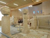 Die Kirche wird eifrig genutzt - auch in der Apsis sind übrigens Mosaiken