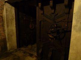 Eine schwere Eisentür sicherte die Einfahrt