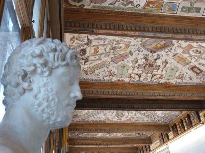 Zeitgenosse Hadrians und Groteskenmalerei in den Uffizien
