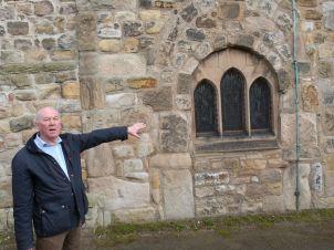Auf der Suche nach in der Kirche verbauten Römersteinen