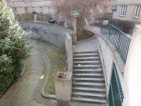 Teppichklopfstangen flankieren den Zugang zur Waschküche im Matteottihof