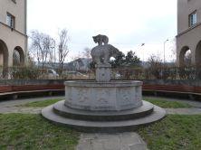 Bärenbrunnen zwischen Herweg- und Julius-Popp-Hof
