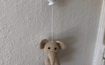 Hæklet uro med elefant og ballon