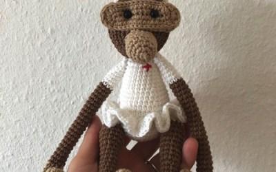 Hæklet sygeplejerske abe