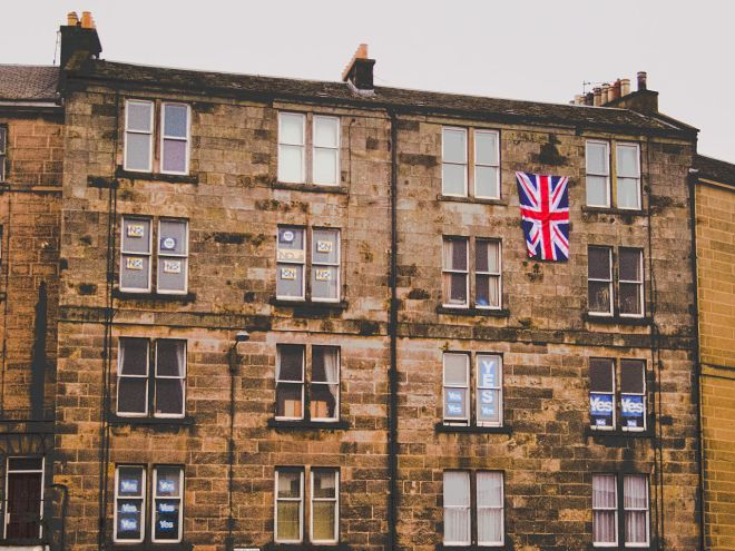 Tenement flats showing people supporting the Yes and No campaigns.