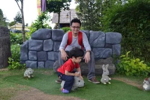 Hafiz Rahim dan Khair bersama Lego arnab