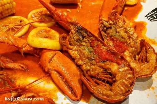 Makan lobster merah