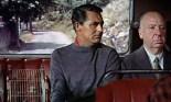 0:10 Sentado a la izquierda de Cary Grant en el autobús.