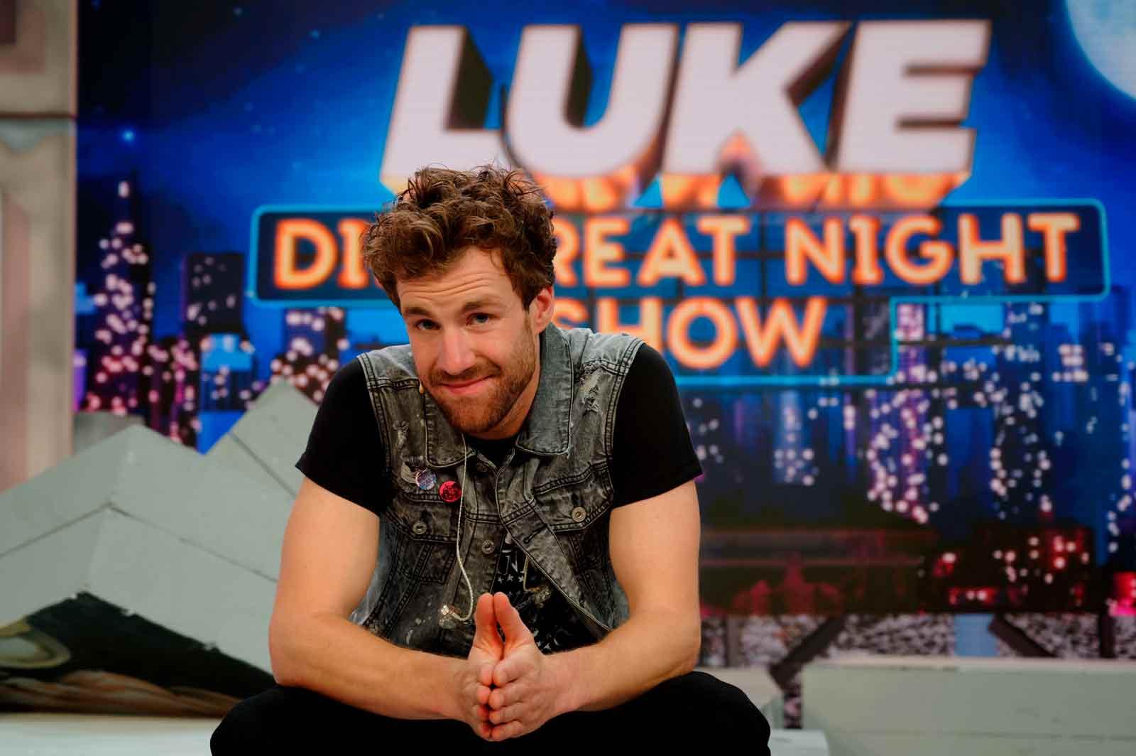 Der Komiker Luke Mockridge sitzt nach der ersten Folge von «LUKE! Die Greatnightshow» im Studio. picture alliance/dpa | Henning Kaiser