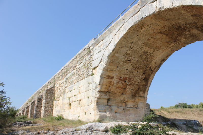 Pont Julien, Via Domitia