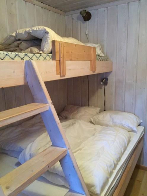 Oppredd seng i en av hyttene på Haglebu Turistheim