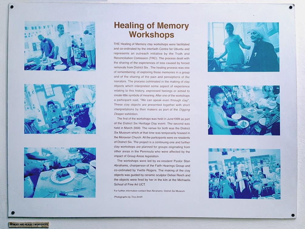 """Erklärtafel im District Six Museum in Kapstadt/Südafrika des Workshops """"Speaking through clay""""."""
