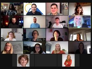 Screenshot mit lächelnden Teilnehmer/innen der Veranstaltung